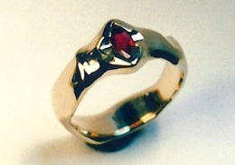 18kt yellow gold  ring with marquise cut ruby