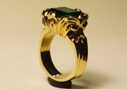 18kt yellow gold ring, with natural emerald.