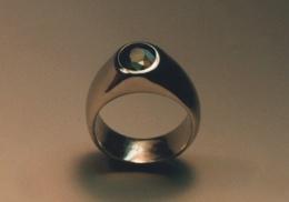 14kt. white gold ring. with tsavorite garnet.