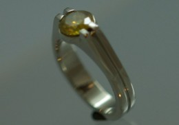 14kt white gold ring with yellow diamond